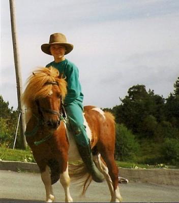 Undertegnede til hest i barndommen, med farfars amerikahatt på hodet.
