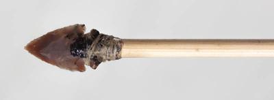 Flintspissen ble limt med bjørkebek og surret med leggsene fra hjort.